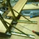 Sopra la base fatta con i montanti ho deciso di montare due angolari di quelli utilizzati per sorreggere le mensole. Tra gli angolari e la base ci ho messo un intermezzo fatto con una tavola di legno.