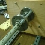 Ecco come dovrebbe essere montato. Le flange bloccano la struttura del tubo agli angolari e la sorreggeono