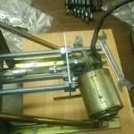 Motore collegato alla lastra piccola (che fa da adattatore) e ancorato poi alla punta.