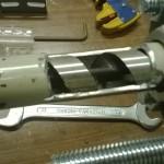 Tubo tagliato con la mola per creare un ingresso per la plastica/pellet.