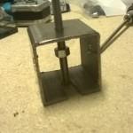 L'estrattore si compone di un pezzo di un profilo quadrato in ferro, di un dado M5 e di un bullone M5 in inox.
